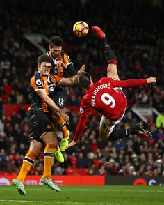 Zlatan Ibrahimovic of Manchester United performs an acrobatic kick with Harry Maguire and Andrea Ranocchia of Hull City during the Premier League. Ronaldo Football, Messi Soccer, Football Icon, Best Football Team, Newcastle United Fc, Manchester United Football, Bicycle Kick, Hull City, Everton Fc