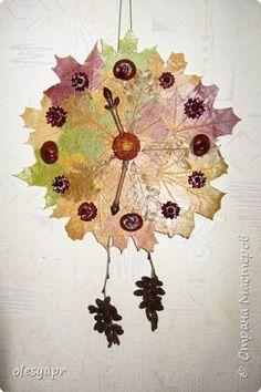 ОСЕННИЕ ЧАСЫ_картон, листья (клен, дуб), веточки, цветы (бессмертник), каштаны, шишки ольхи, клей, лак для волос. Листья наклеены на круг из картона клеем ПВА, через тонкую ткань горячим утюгом. Вся поделка сбрызнута лаком для волос.