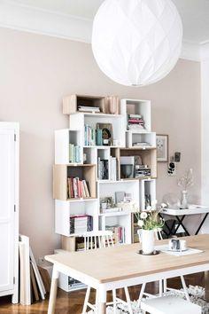 Tafel en boekenkast met roze wand   Table, bookcase and pink walls   vtwonen loves sharing   Fotografie & styling Holly Becker