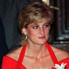 Diana Princess of Wales wearing a red dress designed by Catherine Walker attends a dinner in her honour on November 24 1995 in Argentina Princess Diana Pictures, Princess Diana Family, Princess Of Wales, Lady Diana, Princess Diana Jewelry, Catherine Walker, Hm The Queen, House Of Windsor, Gala Dinner