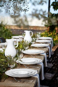 Round Table Settings, White Table Settings, French Table Setting, Setting Table, Outdoor Table Settings, Thanksgiving Table Settings, Beautiful Table Settings, Outdoor Dinner Parties, Dinner Party Table