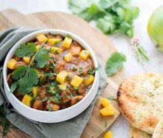 Curry met kip en mango Mango Curry, Yummy Food, Tasty, India Food, Korma, Chana Masala, Hummus, Crockpot, Vegetarian