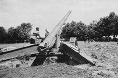 https://flic.kr/p/23D6ZyC | 1940, France,  Un soldat allemand pose sur un canon de 155 mm Grande Puissance Filloux (GPF) mle. 1917. Ces canons seront réemployés par la Wehrmacht sous la désignation 15.5 cm K 418(f)