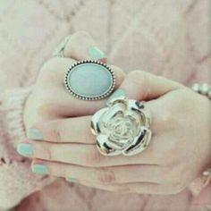 Draag dezelfde kleur nagellak bij je ring voor een leuke match! Kijk op www.jewelsenzo.com voor leuke, zomerse ringen!