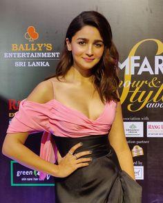 Alia Bhatt Stills From Filmfare Glamour And Style Awards 2019 - LinksInd Bollywood Couples, Bollywood Girls, Indian Bollywood, Bollywood Stars, Beautiful Bollywood Actress, Beautiful Indian Actress, Beautiful Women, Indian Celebrities, Bollywood Celebrities
