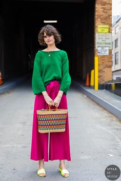 Aug 2019 - A glance around any given day at New York Fashion Week supplies enough outfit inspiration to last for seasons. The street style stars are out in full force, Star Fashion, Look Fashion, Fashion Outfits, Womens Fashion, Fashion Trends, Fashion Tips, Look Street Style, Street Style Looks, Fashion Colours