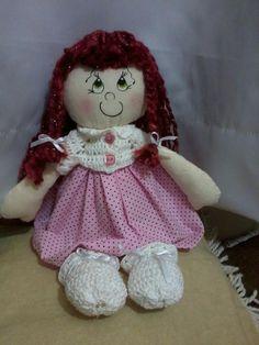 Boneca Amanda. em tecido de algodão, cabelo em lã, vestimenta em crochê e tecido poa rosa. muito fofa!!