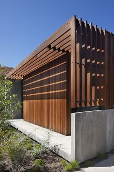 A family home by Architects meets brief for a space for cooking while maximising the sweeping views from their hillside location to the Melbourne CBD. Modern Pergola, Outdoor Pergola, Pergola Kits, Exterior Wall Cladding, Edwardian House, Pergola Curtains, Pergola Designs, Design Case, Interior And Exterior