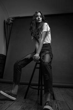 Studio Portrait Photography, Model Poses Photography, Self Portrait Photography, Studio Portraits, Photography Women, Female Poses, Female Modeling Poses, Photographie Portrait Inspiration, Studio Poses