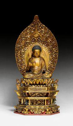 AMIDA NYÔRAI BUDDHA. Japan, Edo-Periode, H 88 cm (gesamthaft), 30 cm (Figur). Holz mit Gold- und Rotlack. Der getreppte dreistufige Sockel ist geschnitzt mit Löwen, Phönixen, Blumenranken und Wolken. Kleine Altlanten mit furchterregendem Gesicht stützen eine Plinthe. Der Buddha sitzt in Padmasana auf dem doppelten Lotossockel, begleitet von Löwen auf den Sockelenden. Die fast unmerklich geöffneten Augen unterstreichen den meditativen Gesichtsausdruck des Buddhas. Ein ornamentaler…