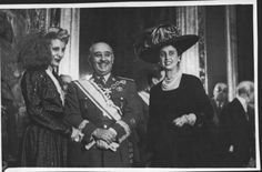 EVA DUARTE DE PERON RECIBIDA EN EL PALACIO DE EL PARDO POR FRANCO Y D. CARMEN POLO. MADRID