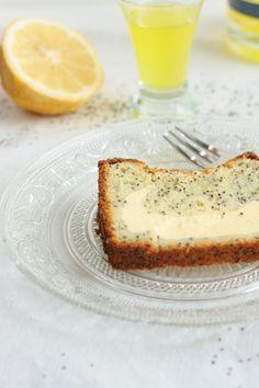 Zitronenkuchen mit Mohn und Käsekuchen-Füllung. Lemoncake with poppyseed and stuffed with cheesecake.