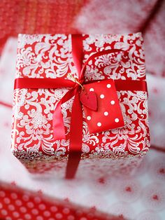 diy ideas for gift packaging and wrapped presents - red and white christmas print-on-print paper Creative Gift Wrapping, Creative Gifts, Wrapping Ideas, Pretty Packaging, Gift Packaging, Packaging Ideas, Christmas Gift Wrapping, Christmas Presents, Christmas Photos
