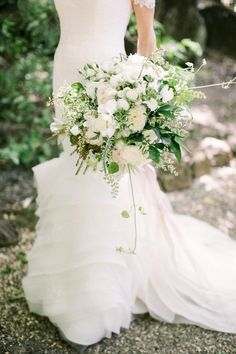 all white romantic bouquet | Photography: The Edges Wedding Photography