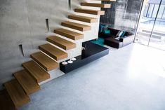 Produkt: creafloor® Design Estrich Beschreibung: Neubau eines EFH mit einem durchgehenden Bodenbelag vom Keller bis ins DG. Der neutrale Sichtestrich wird mit farbig edlem Interior perfekt kombiniert. Größe: 350m2 Jahr: 2017