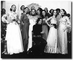 Clodovil e suas modelos após desfile em 1971: 'roupa cara para quem tem dinheiro'