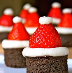 Top round brownie bites with strawberry Santa hats. Easy Smoothie Recipes, Snack Recipes, Dessert Recipes, Appetizer Recipes, Strawberry Santas, Buttercream Recipe, Brownie Bites, Christmas Appetizers, Christmas Treats