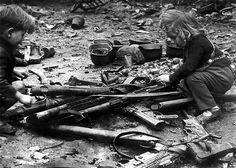 1945, Allemagne, Berlin, Des enfants jouent avec des armes abandonnées