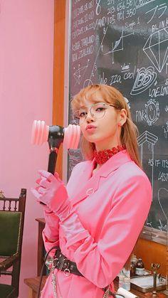 Lisa's hair is so nice here Blackpink Lisa, Jennie Blackpink, Divas, Yg Entertainment, Kpop Girl Groups, Kpop Girls, Lisa Blackpink Wallpaper, Black Pink Kpop, Blackpink Photos