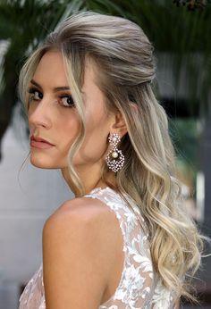 Continuando nossa série Especial Noivas, o penteado da vez é um meio preso com volume, proposta da profissional Milena Oliveira, para usar com o sem véu.