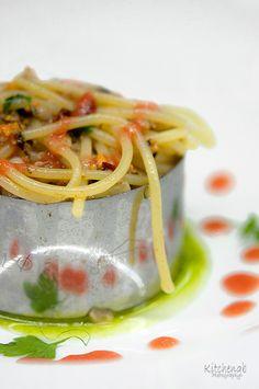 Spaghetti con ragù di cozze, vongole datterino di Pachino su crema di basilico e menta
