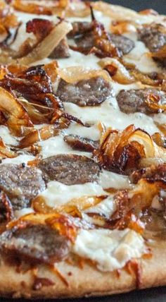 Beer Brat and Caramelized Onion Pizza- Make this with your favorite Johnsonville Brats! Added pesto to the crust before added the rest of the ingredients Wow so good! I Love Pizza, Good Pizza, Crepes, Comida Pizza, Brats Recipes, Sausage Recipes, Sauce Pizza, Spinach Pizza, Pizza Lasagna