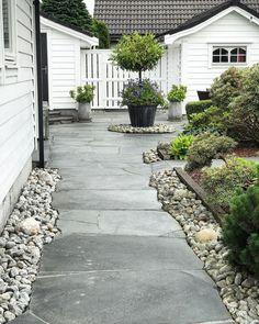 "Tove on Instagram: ""Da har jeg vært ute med kosten 🌪🧹 Altaskifer og håndplukket runde steiner i inngangspartiet 🖤"" Big Houses, Sidewalk, Yard, Patio, Architecture, Outdoor Decor, Alice, Instagram, Gardening"