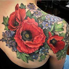 Poppies and bluebells shoulder tattoo Tattoo Henna, Tatoo Art, Body Art Tattoos, Sleeve Tattoos, Tatoos, Piercings, Pretty Tattoos, Beautiful Tattoos, Amazing Tattoos