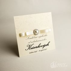 """Luxusné etikety """"Pearl"""" Kvalitné etikety na zákusky z luxusného výkresu v bledokrémovej farbe so zlatými odleskami.  Zdobené sú elegantnou saténovou stužkou v bledokrémovej farbe a luxusnou ozdobou. Place Cards, Place Card Holders"""