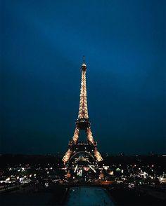 Vue de à tour Eiffel sur l'autre rive, à partir de l'esplanade du Trocadéro la nuit