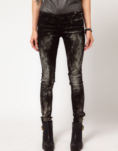 Chic, cool with rocker-edge metallic paint splattered Skinny Jeans! Definite DIY project- and think of all the metallic colors you can try!?