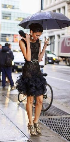 Oscar de la Renta - glamour in the rain. Mode Chic, Mode Style, Look Fashion, High Fashion, Womens Fashion, Net Fashion, Runway Fashion, Style Work, Looks Street Style