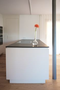 Minimalistische Kücheninsel mit Nero Assoluto Arbeitsplatte. Sink, Design, Home Decor, Decorating Kitchen, Counter Top, Minimalist, House, Homemade Home Decor, Vessel Sink