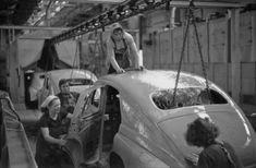 Zdjęcie z 1956 r. Fabryka Samochodów Osobowych na Żeraniu. Linia produkcyjna aut marki Warszawa, czyli polskiej wersji radzieckich samochodów Pabieda.