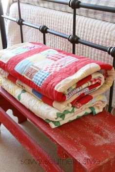 Ideas for farmhouse bedroom bench savvy southern style French Country Rug, French Country Decorating, Cottage Decorating, Cottage Design, Red Farmhouse, Farmhouse Decor, Farmhouse Quilts, Farmhouse Fabric, Farmhouse Plans