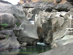 A Chapada dos Veadeiros, no Alto Paraíso de Goiás, possui formações rochosas que remetem à superfície lunar, com grutas e piscinas naturais....