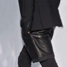 Givenchy 09 ahead of his time Dark Fashion, Leather Fashion, Leather Men, Love Fashion, Mens Fashion, Fashion Menswear, Street Outfit, Street Wear, Leather Shorts