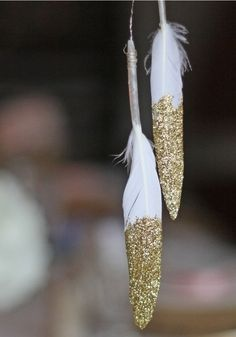 6 of the best details for a beautifully bohemian big day • This is the PERFECT DIY wedding reception decoration for any boho big day, with beautiful feathers and glimmering gold! See more on the Wedding Ideas website!