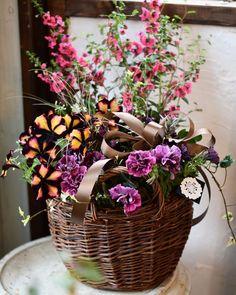 NanaはInstagramを利用しています:「母の日、沢山のご注文ありがとうございました。 毎年、最後は自分の母へ。 仕事柄どうしても最後になってしまうけど、気持ちはこもってるから勘弁してね( ˊᵕˋ…」 Floral Wreath, Wreaths, Instagram, Home Decor, Floral Crown, Decoration Home, Door Wreaths, Room Decor, Deco Mesh Wreaths