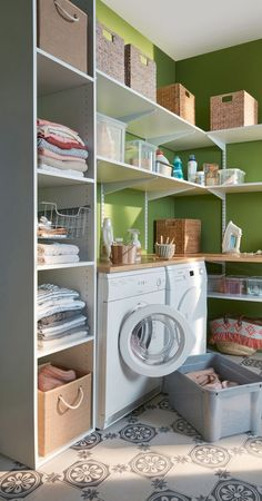 Shelves everywhere for maximum storage: Storage tips: a laundry room fitted out brilliantly – Linternaute - Kitchen Organization Pantry, Home Organisation, Kitchen Pantry, Closet Organization, Kitchen Sink, Organization Ideas, Laundry Shelves, Laundry Closet, Interior Design Living Room