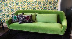 Canapé en velour Septime et papier peint ambiance vintage   Septime sofa in green velvet. Vintage inspiration Wall paper