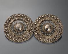 Zilveren broekstukken, gedragen door jongen of man op Zuid-Beveland. De…
