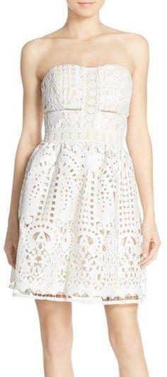 Pin for Later: 40 weiße Sommerkleider unter 100 €  Adelyn Rae trägerloses Kleid aus Spitze (96 €)