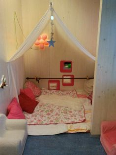 Enkele dekentjes, lakens, kussens en wat sfeerlicht kunnen je helpen om een gezellige snoezelhoek in te richten waar de kinderen even tot rust kunnen komen.