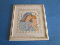 """Quadro a punto croce """"Madonna con bambino"""" con cornice in legno bianca, by La casa dei gufetti, 170,00 € su misshobby.com"""