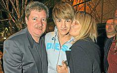 Liam Payne, dividindo o amor dos pais Karen e Geoff! Muito fofos! ^^