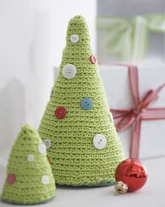 Christmas Tree Pattern Crochet (Amigurumi type). I adore the simplicity of this one!  ¯\_(ツ)_/¯ *Please note: I just changed the URL to this particular pin so it pins directly to free pattern. Registration is required if you are not yet a member of Sugar'n Cream.