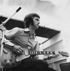 Eric Clapton play the Gibson Les Paul guitar