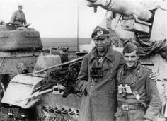 A soldier with an officer posing in front of a Nashorn tank hunter Panzer Iv, German Uniforms, Ww2 Tanks, Korean War, German Army, Second World, Portraits, War Machine, Vietnam War