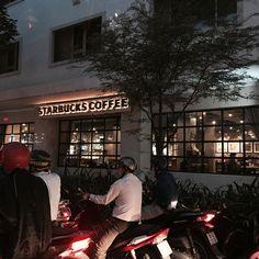 Instagram의 Hyo Jung님: 리얼한 베트남 시내풍경... 오토바이가 장악한 도시... 그래도 #스타벅스 한쿡보다 운치있어... . #베트남#호치민#출장#워킹맘#엄마는출장중